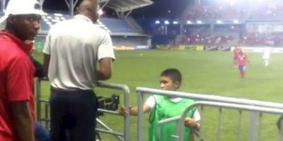Paulo Miguel Wanchope Herrera, DT de Costa Rica, pelea con elemento de seguridad en Panamá en torneo sub 23 Foto:YouTube-Archivo