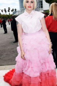 En el caso de Lena Dunham, el torso le da una imagen cuadrada, que no llega a superar el amplio de la falda. Foto:vía Getty Images