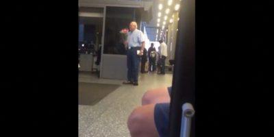 Anciano protagoniza la espera más tierna en un aeropuerto Foto:Vía Facebook.com/TheRealChrisPerry