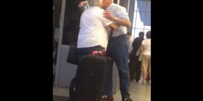 El hombre esperó con un ramo de rosas en la mano y un beso fue su recompensa Foto:Vía Facebook.com/TheRealChrisPerry