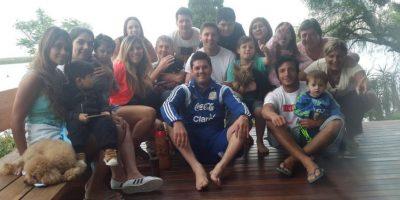 El nombre del hermano de Lionel, Matías Messi (al centro de la foto), salió a la luz pública. Foto:Vía twitter.com/_matiasmessi