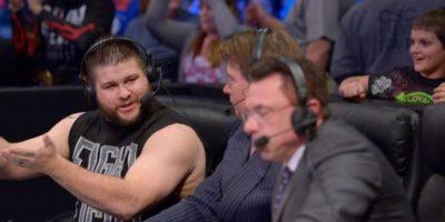 """Ante Kevin Owens, en una pelea en la modalidad del """"Último hombre en pie"""" Foto:WWE"""