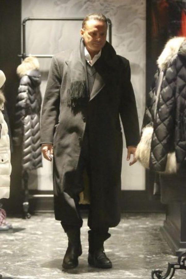 El también productor parecía elegir botas junto a su acompañante debido a la nieve. Foto:Grosby Group
