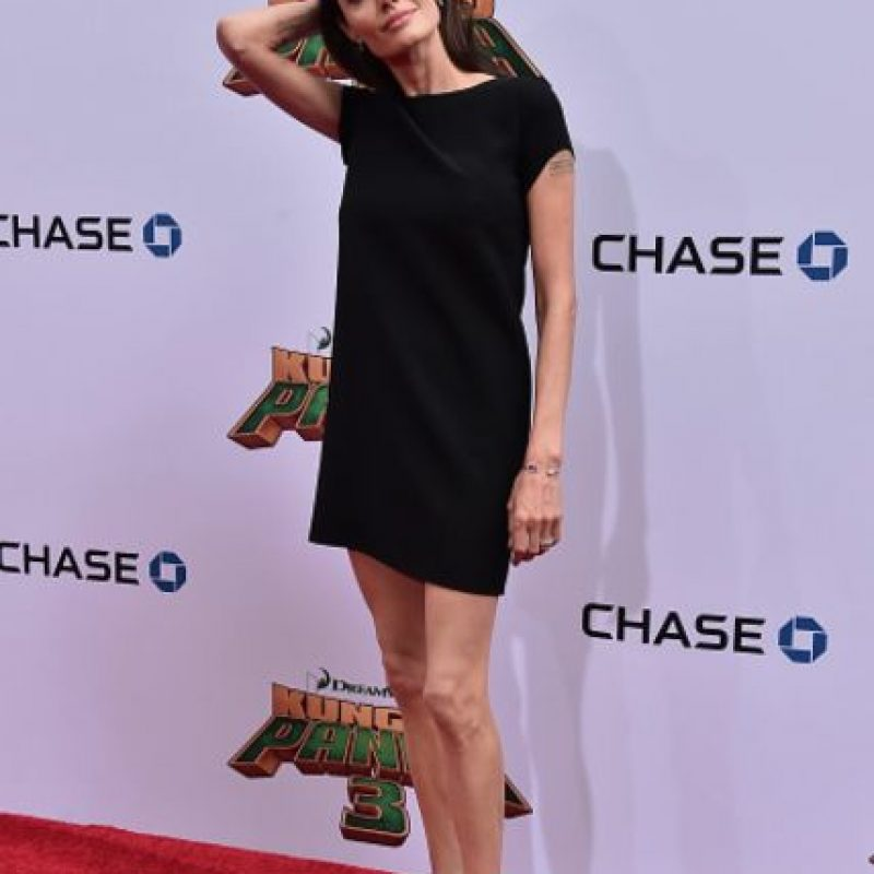 Las piernas delgadas de Angelina Jolie impactaron en la alfombra roja. Foto:vía Getty Images