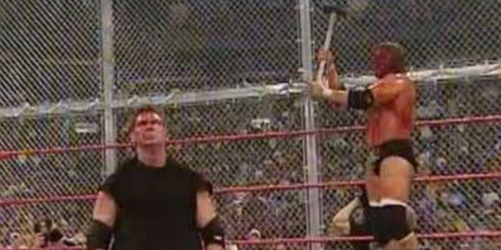Una pelea llena de odio en la que basta ver las imágenes para notar que no se guardaron nada de castigo. Foto:WWE