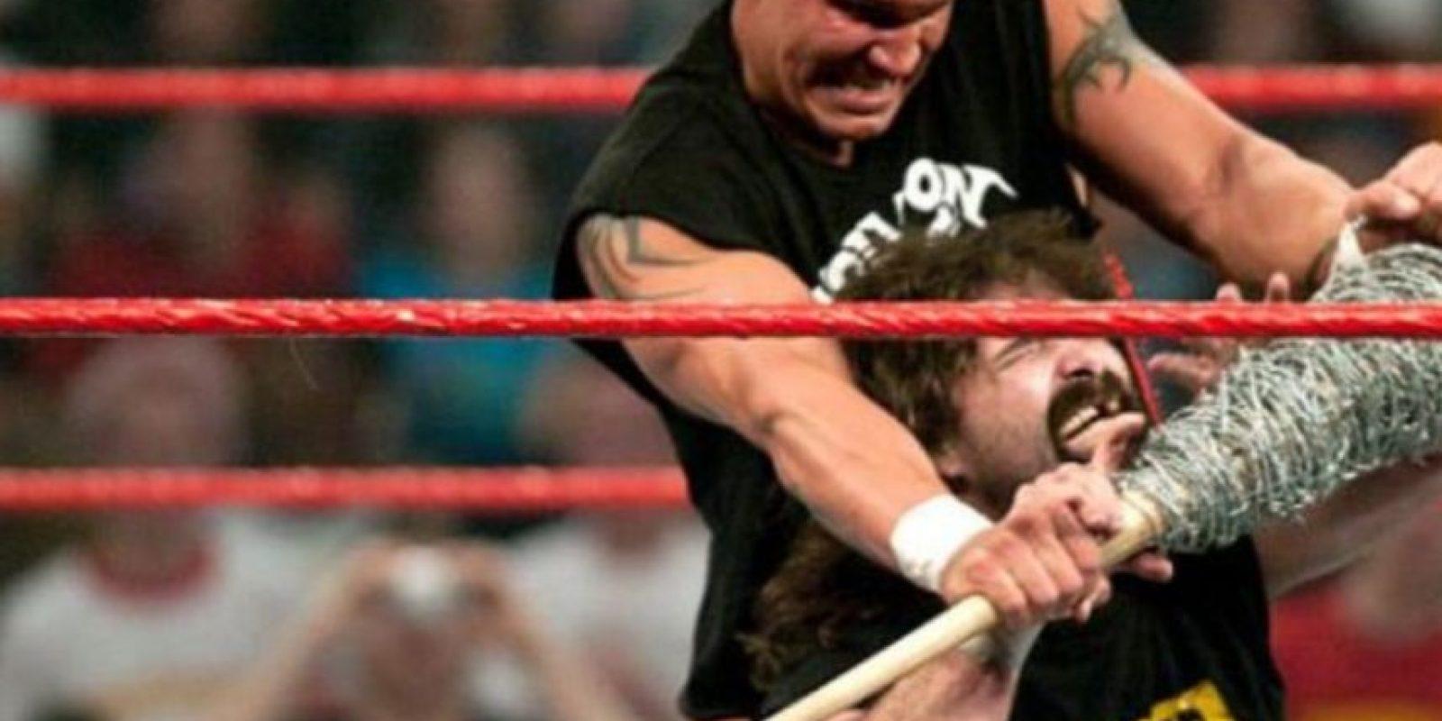 "Un joven ""Asesino de leyendas"" se impuso a la ""Leyenda del hardcore"". Foto:WWE"