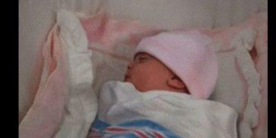 Y cuando la coloca en su cuna, la bebé lleva un gorrito rosa Foto:Vía YouTube / Warner Bros