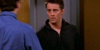 Y cuando le abren la puerta, su camisa es negra. Foto: Vía YouTube / Warner Bros