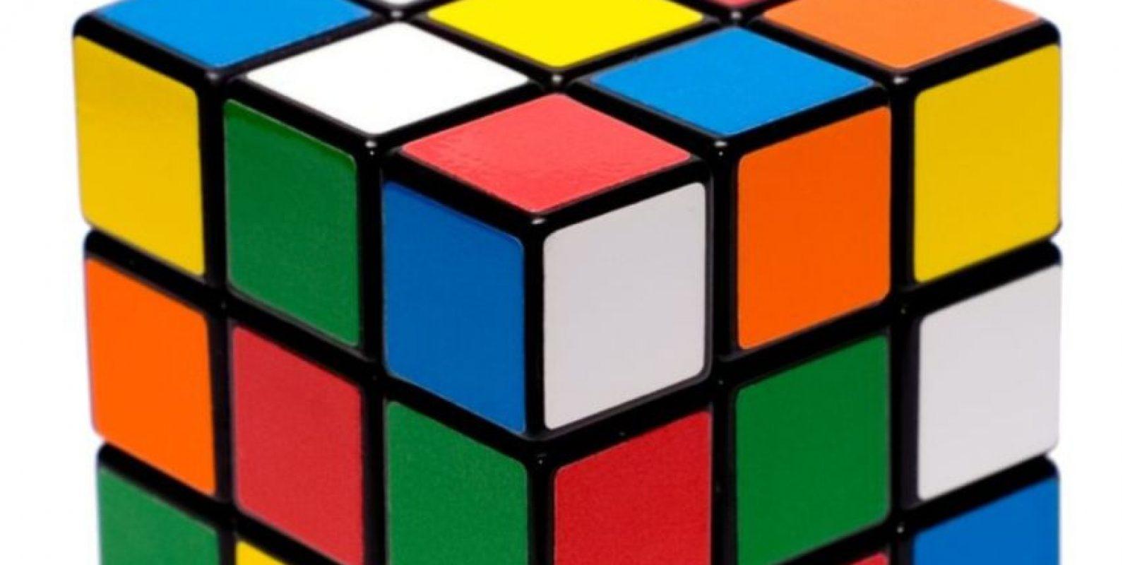 """El 19 de mayo de 1974, el escultor y profesor húngaro Ernő Rubik lanzó al mercado un """"rompecabezas"""" tridimensional que fue llamado """"cubo mágico"""". Foto:Wikicommons"""
