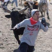 Huyendo de un toro también hay tiempo para tomar la foto. Foto:Vía Reddit.com