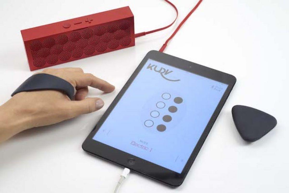 El dispositivo se conecta a una app para aprender a tocar la guitarra Foto:Kurv Music