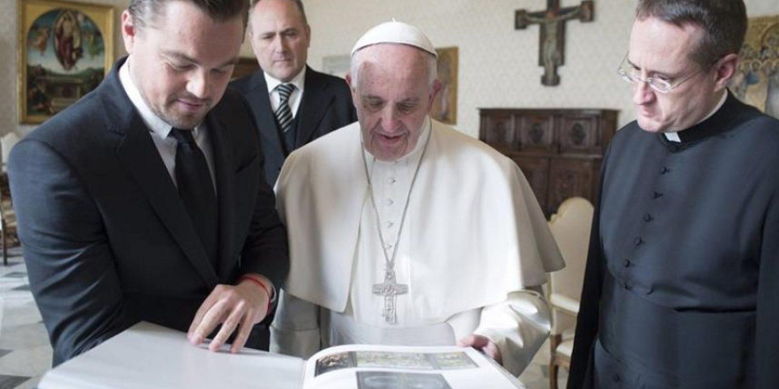Fotografía facilitada por el Osservatore Romano que muestra al papa Francisco (c) junto al actor estadounidense Leonardo Di Caprio Foto:EFE