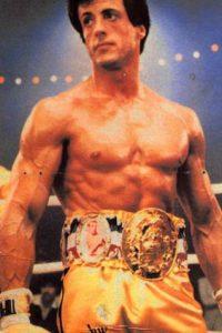 En la tercera, Clubber Lang le derrota y le quita su título de Campeón Mundial de Peso Pesado. También causa la muerte de su mánager. Lo derrota para vengarse, entrenado por Apollo. Foto:vía United Artists