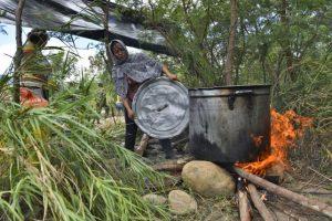 En algunas regiones de Colombia, el combustible de contrabando costaba 99 centavos de dólar Foto:AFP