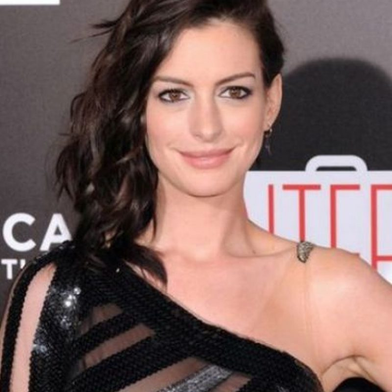 """El vestido de la actriz le jugó una mala pasada durante la premiere de la cinta """"The Intern"""". Foto:Getty Images"""