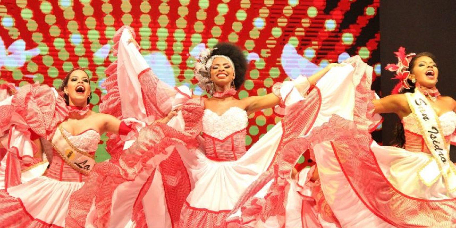 La nueva Soberana de Reina de Reinas María Fernanda Iriarte hizo parte del grupo de reinas que bailaron cumbia. Foto:Carnaval S.A.