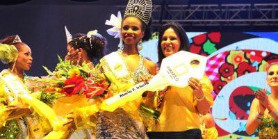 La reina recibe las llaves del apartamento de manos de la gerente de Amarilo. Foto:Carnaval S.A.