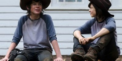 "Chandler Riggs y su doble en ""The Walking Dead"" Foto: Vía distractify.com"