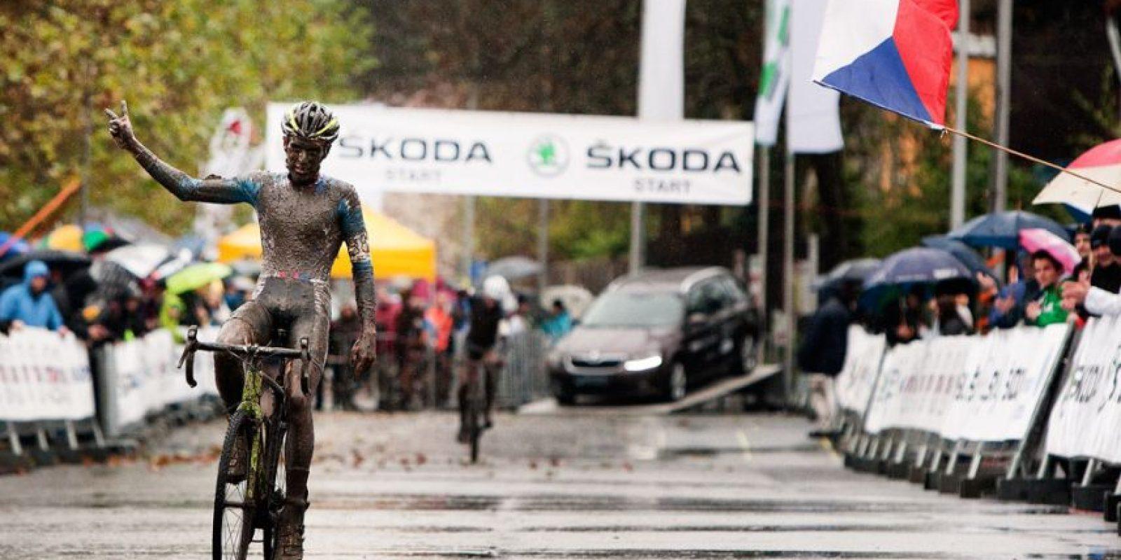 En una carrera en Bélgica, creyó que había ganado, celebró… pero aun le falta una vuelta. Foto:Vía facebook.com/adam.toupalik