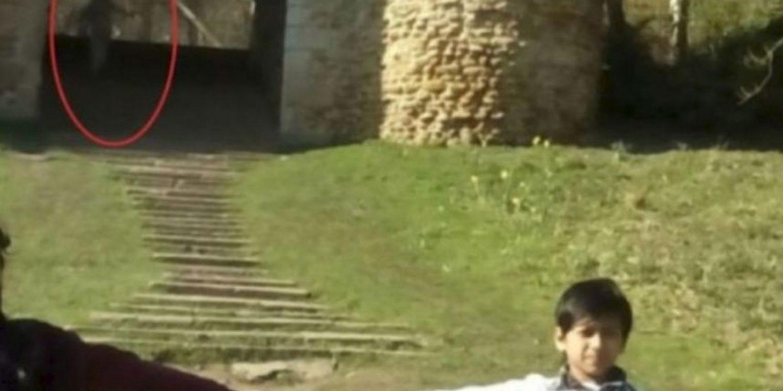 """En dicha fotografía aparecen dos pequeños, Mayrian Islam de 11 y Ryhan Kaliq de siete, frente a las ruinas. Al respecto, la tía de los pequeños, Nurul Islam, mencionó que ni siquiera desea ver nuevamente la foto, pues le parece """"espeluznante"""", compartió el diario británico """"Yorkshire Evening Post"""". Foto:Vía Yorkeshire"""