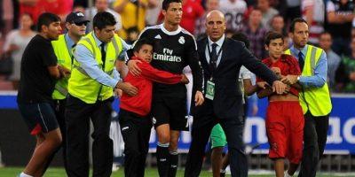Cristiano Ronaldo tiene millones de fans en todo el mundo, pero siempre ha tenido grandes gestos con sus seguidores niños. Cristiano les firma, se toma fotos con ellos e incluso, les regala su camiseta cada que puede. Foto:AFP