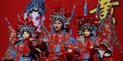 Con danzas, desfiles, cantos tradicionales y fuegos artificiales, los chinos dieron hoy la bienvenida al Año del Mono Foto:AP