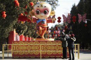 Para atraer la buena fortuna, calles, comercios, restaurantes y casas se adornaron con diferentes figuras de monos, en referencia al animal que regirá este Año Lunar. Foto:AP