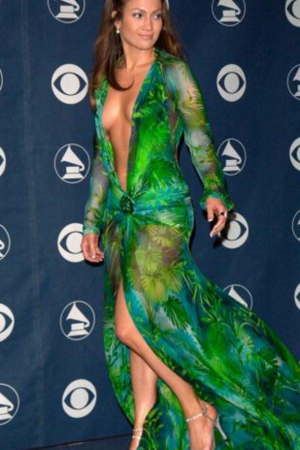 Jennifer Lopez en los Grammy de 1999, con un Versace que la consagró como una de las mujeres más bellas del mundo del espectáculo. Foto:vía Getty Images