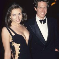 """Elizabeth Hurley en 1994, en la premiere de """"Cuatro Bodas y un Funeral"""". Usó este icónico vestido de Versace, que la catapultó como símbolo sexual. Ella afirmó haberse arrepentido de usarlo. Foto:vía Getty Images"""