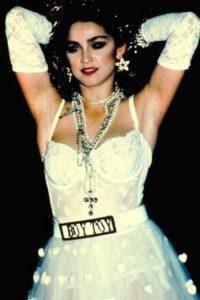 """Madonna, con su look en """"Like a Virgin"""", recordando la iconografía religiosa y mostrando lencería y otros accesorios que hacían de sulook algo recargado y transgresor. Foto:vía Getty Images"""