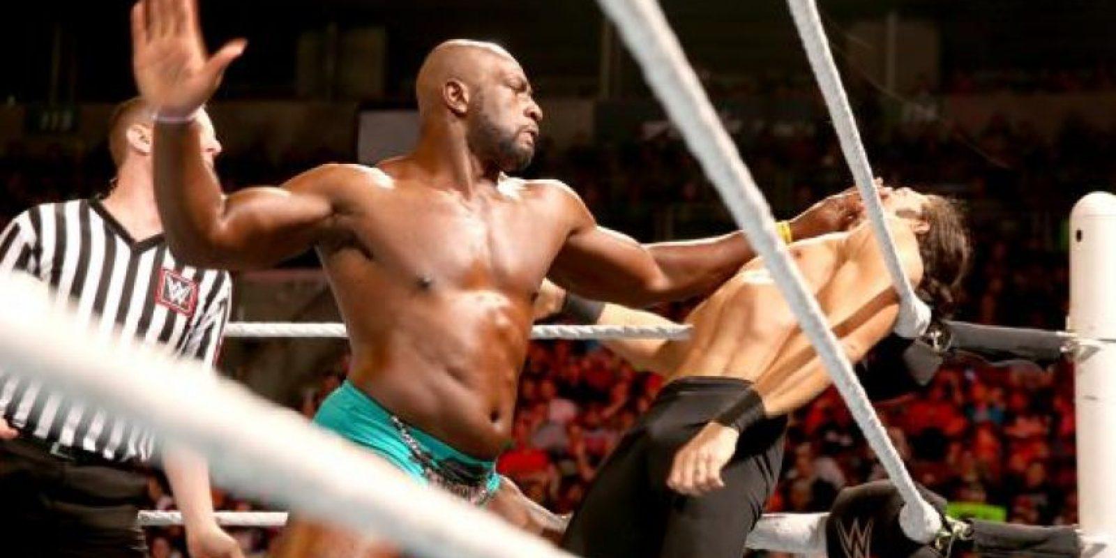 """Titus jaló al """"Jefe"""", quien se molestó y empujó al luchador Foto:WWE"""