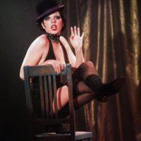 """Liza Minelli en """"Cabaret"""", en 1962, con un corte andrógino y teatralidad pura. Foto:vía Getty Images"""
