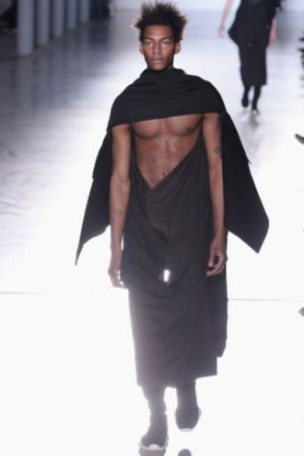 """""""Algunos de ellos tenían una abertura arqueada que revelaba la virilidad de los modelos. No era de mal gusto, pero era misterioso, como una señal de los dioses de la fertilidad"""", explicó el experto en modas William Van Meter de la revista """"The Cut"""". Foto:Getty Images"""