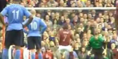 En la temporada 2005-2006, Robert Pires y Thierry henry intentaron hacer este tipo de jugada, pero fallaron y todo quedó en un ridículo error Foto:Twitter