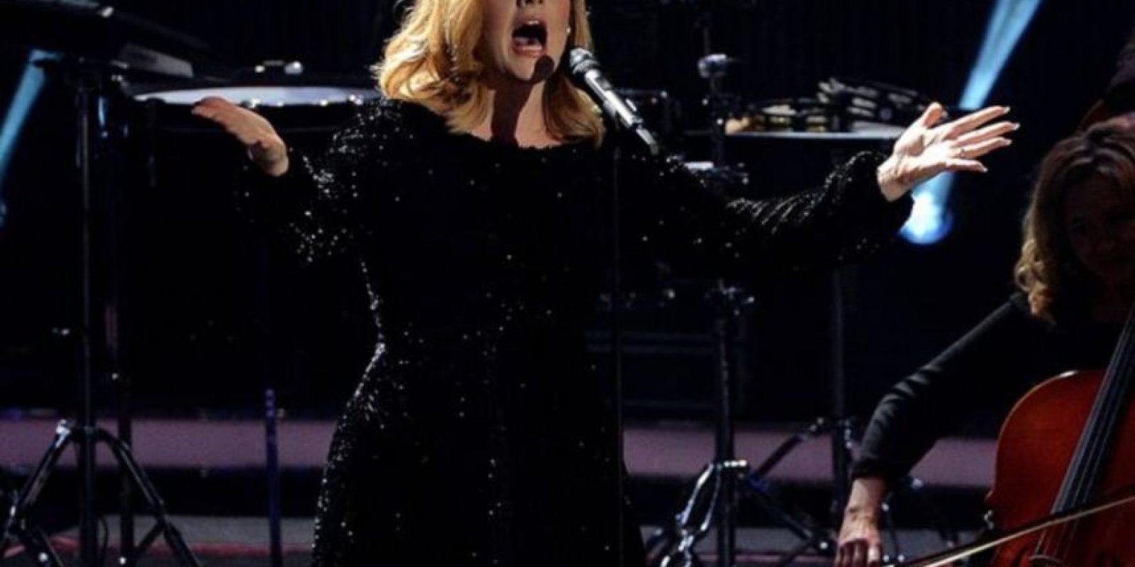 Adele llega a la ceremonia reconocida como la artista más grande de 2015. Foto:Getty Images