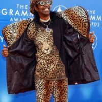 A Bootsy Collins solo le faltó ponerse los colmillos del animalito en el pelo, en 2002. Foto:vía Getty Images
