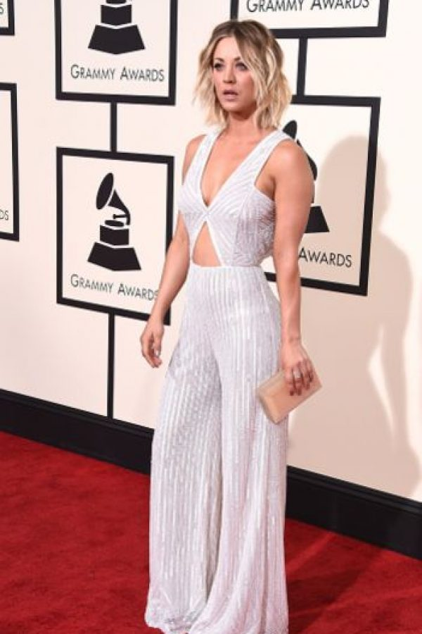 Kaley Cuoco, minimalista y setentera. Foto: vía Getty Images