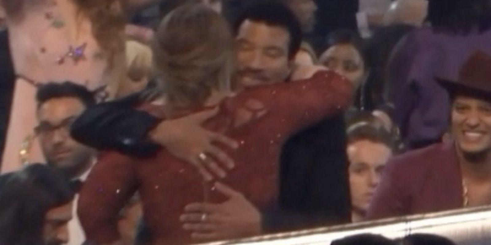 13. Adele y su abrazo con Lionel Foto:Vía Youtube TNT