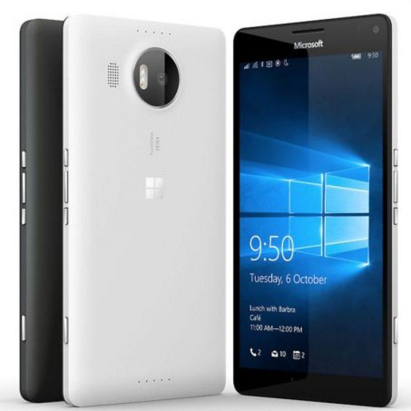 Microsoft con el Lumia 950 XL. Foto:Microsoft