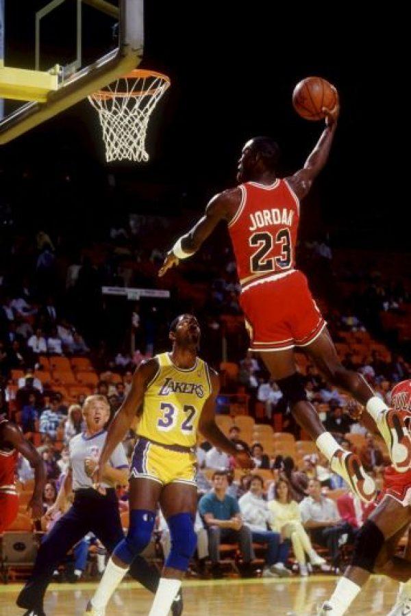 5. Jordan eligió el número 45 en el equipo de la secundaria, pero cuando entró al equipo titular de la preparatoria su hermano Larry tenía ese dorsal, por lo que eligió el 23. Ese número era casi la mitad del 45 Foto:Getty Images