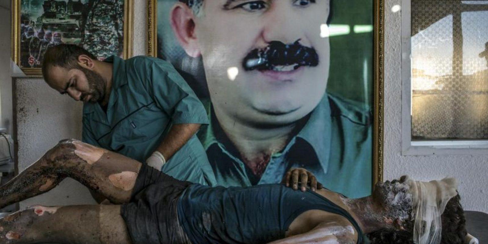 Mauricio Lima. Un médico kurdo atiende las heridas de un combatiente de Estado Islámico en Siria. Foto:worldpressphoto.org