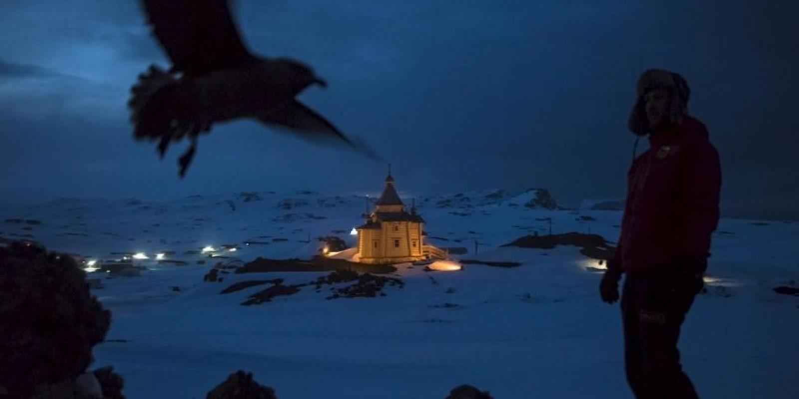 Daniel Berehulak. Un científico chileno camina arriba de la iglesia ortodoxa rusa de la Santísima Trinidad. Foto:worldpressphoto.org