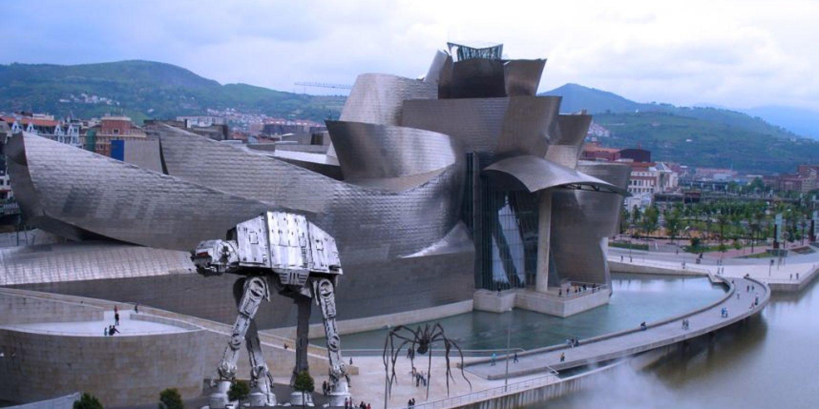 """Un AT-AT (""""Star Wars"""") en el museo Guggenheim de Bilbao. Foto:@sefipolis"""
