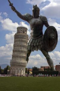 """""""Titán de Braavos"""" (""""Juego de Tronos"""") junto a la Torre de Pisa (Italia) Foto:@sefipolis"""