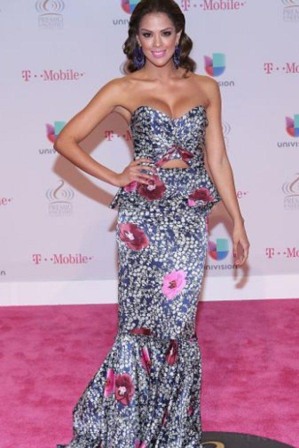 Sí a esta combinación tropical de Carolina Ramírez. Habría sido mucho más sofisticada con un lipstick borgoña. Foto:vía Getty Images