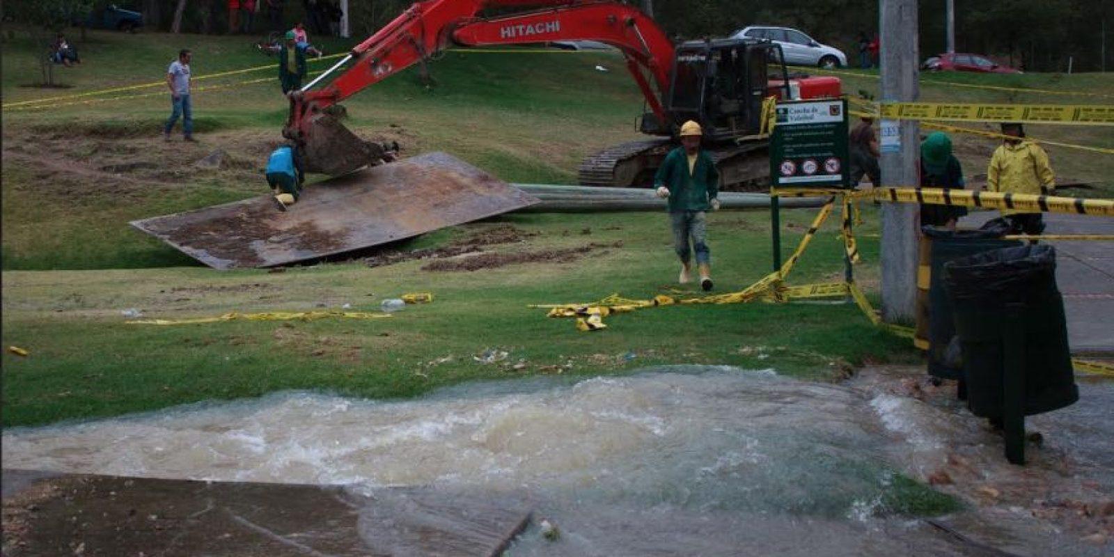 Miles de litros de agua desperdiciados por daño en tubería madre bajo el Parque Nacional. Foto:Juan Pablo Pino – Publimetro