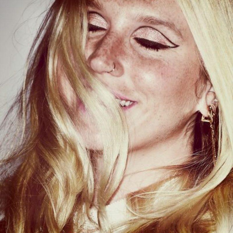 """""""¡Qué maravilloso! La riqueza de una persona no se mide por lo que tiene, sino por a quién ayuda con lo que tiene. Y Taylor Swift es una persona rica de verdad. Muchas gracias. Lo más importante para Kesha es que estas mujeres tan fuertes y poderosas la apoyen, ayudándole a demostrar al mundo lo poderosa que es la verdad"""", compartió la madre de Kesha, Pebe Sebert en su cuenta de Twitter. Foto:Getty Images"""