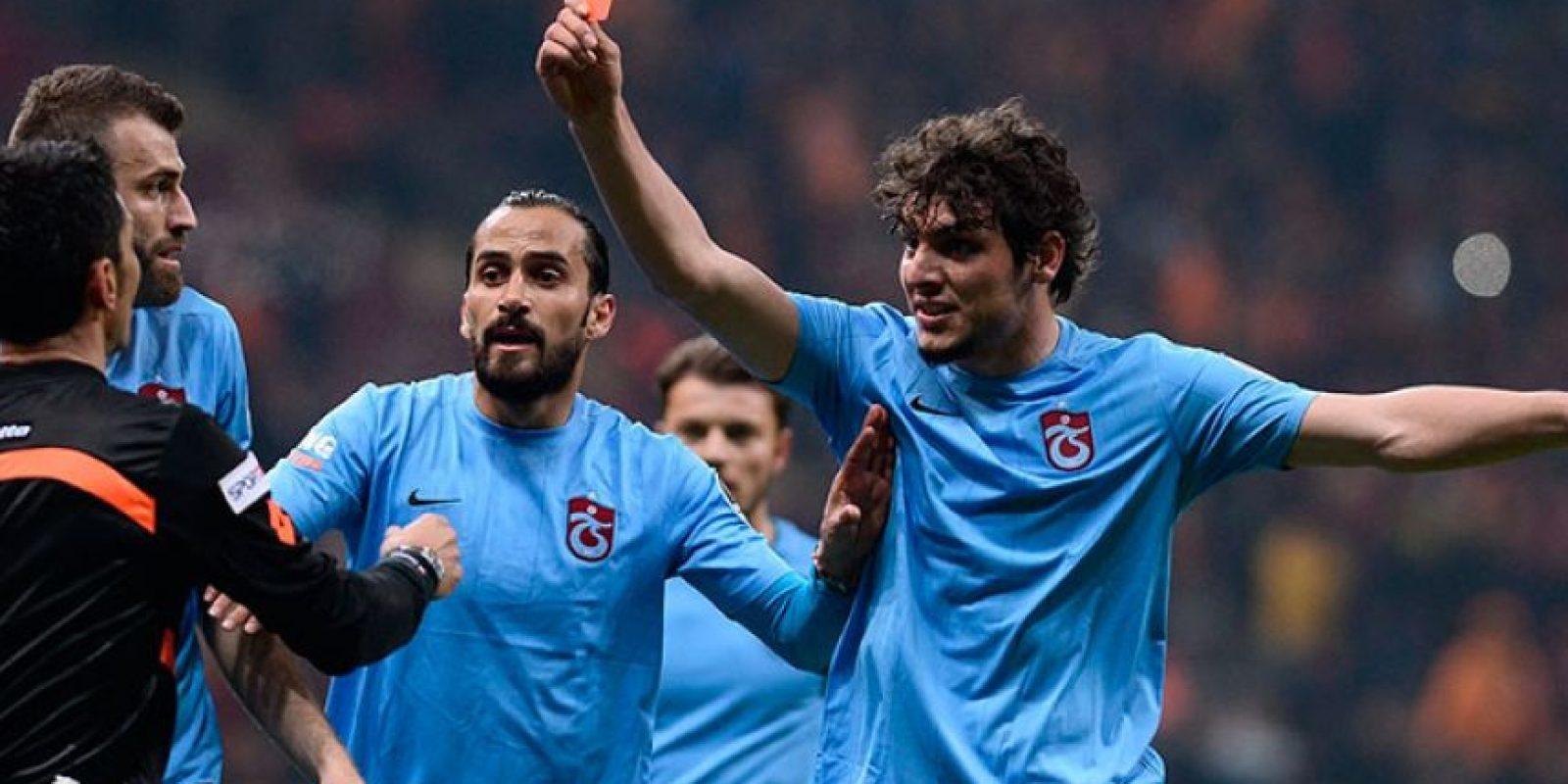 "Salih Dursun, del Trabzonspor turco, recogió la tarjeta roja y ""expulsó"" al árbitro Foto:Twitter"
