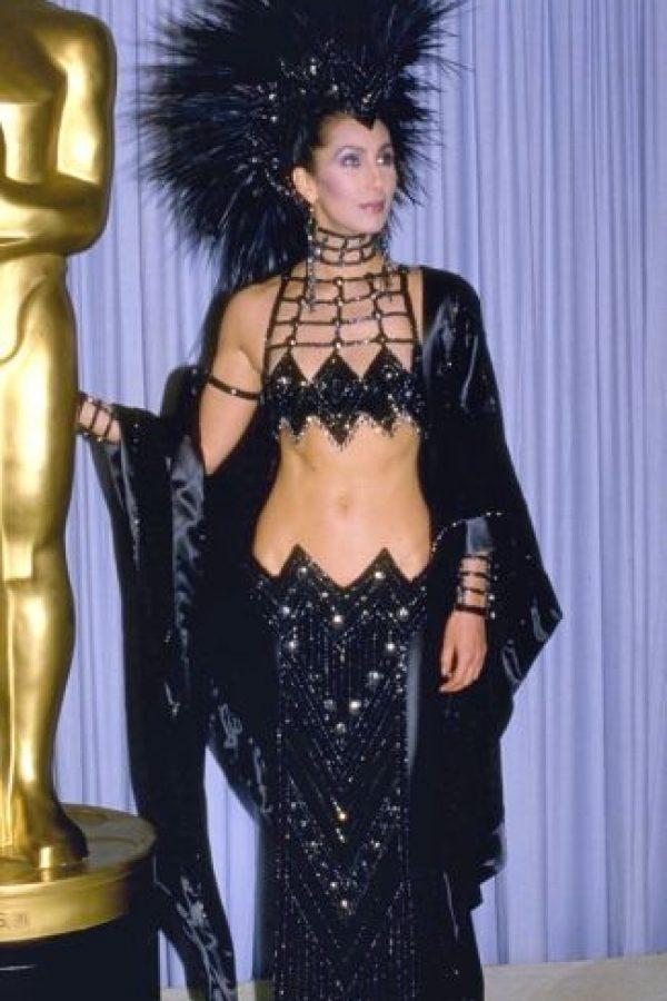 Cher con este homenaje gótico a las chicas del cabaret de los años 70. Foto:vía Getty Images