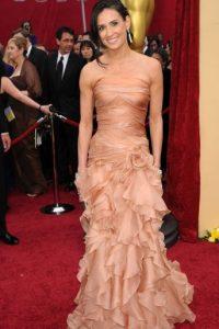 Demi Moore con un vestido de retazos de tela. Foto:vía Getty Images